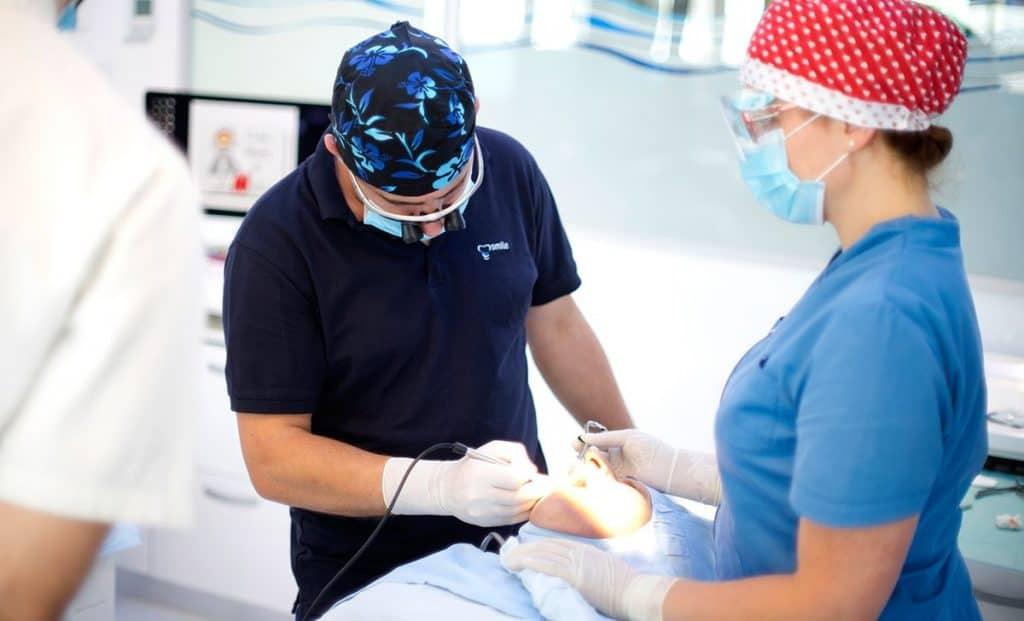 dr sc darko slovsa dmd specijalist oralne kirurgije i implantologije smile dentalne klinike | Chirurgia dentale - quanto è importante la formazione del personale