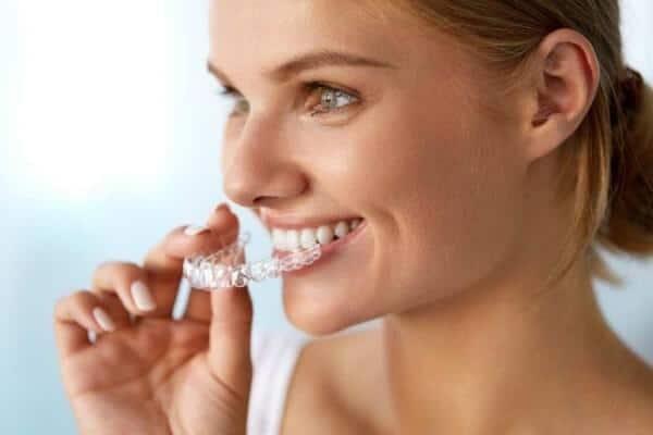 aligner ortodonske udlage invisalign clear correct 300x200 1 | Invisalign apparecchio trasparente - 4 passi per un sorriso perfetto