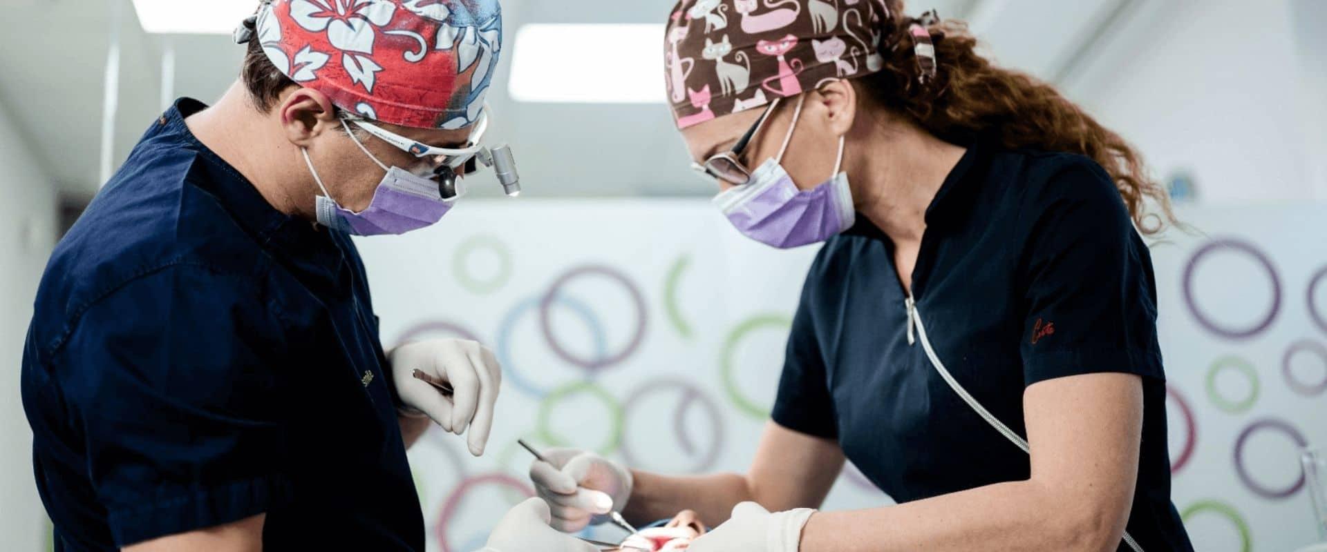 Stručnost osoblja u dentalnoj klinici - oralni kirurg - chirurgia dentale